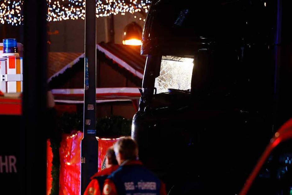 Am Montagabend ist ein Lkw rast über den Weihnachtsmarkt am Breitscheidplatz in Berlin gerast. Die Polizei vermutet einen Terroranschlag. Dutzende Rettungskräfte und Polizisten waren im Einsatz. (Foto: AFP)