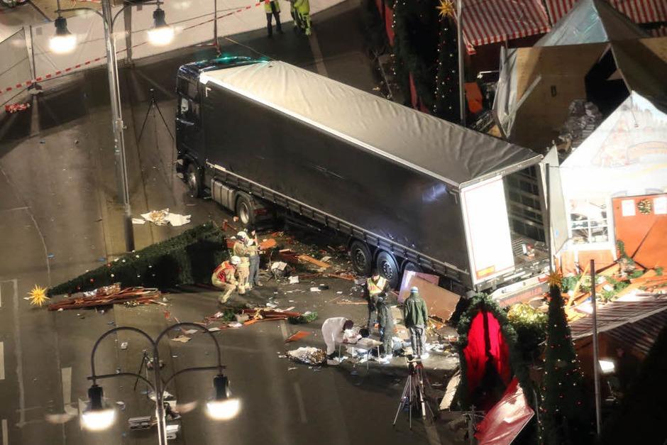 Am Montagabend ist ein Lkw rast über den Weihnachtsmarkt am Breitscheidplatz in Berlin gerast. Die Polizei vermutet einen Terroranschlag. Dutzende Rettungskräfte und Polizisten waren im Einsatz. (Foto: dpa)