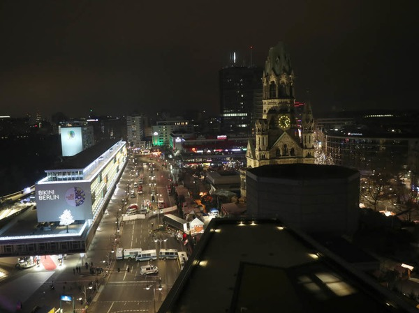 Am Montagabend ist ein Lkw rast über den Weihnachtsmarkt am Breitscheidplatz in Berlin gerast. Die Polizei vermutet einen Terroranschlag. Dutzende Rettungskräfte und Polizisten waren im Einsatz.