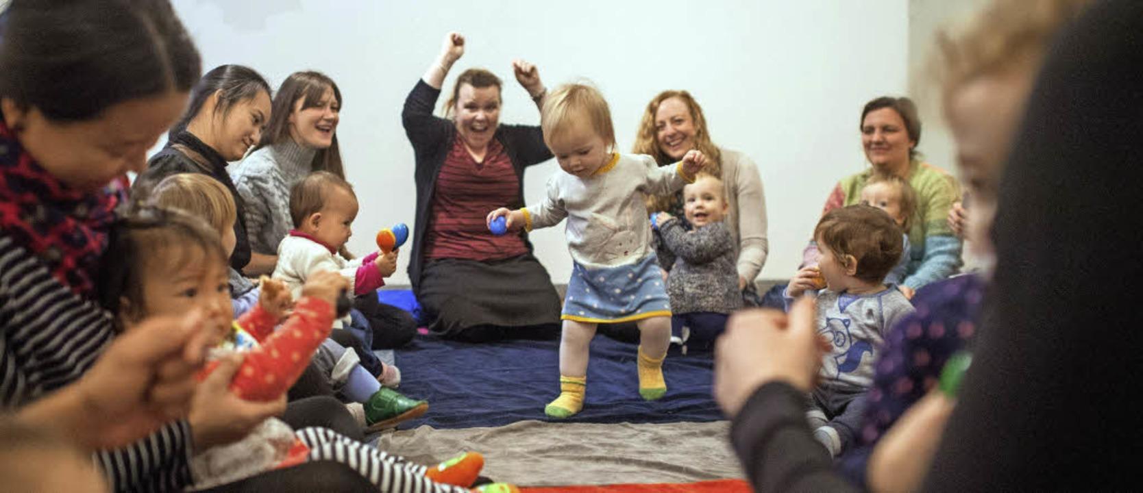 Die 14 Monate alte Sophia sammelt erst... Louise Watts (Mitte) ist begeistert.   | Foto: dpa