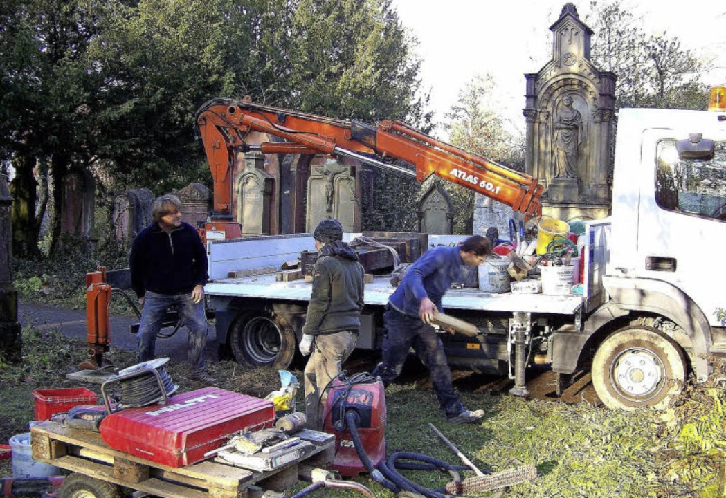 Mit schwerem Gerät werden zurzeit auf ...h abgeräumten Grabsteine aufgestellt.   | Foto: Hans Sigmund