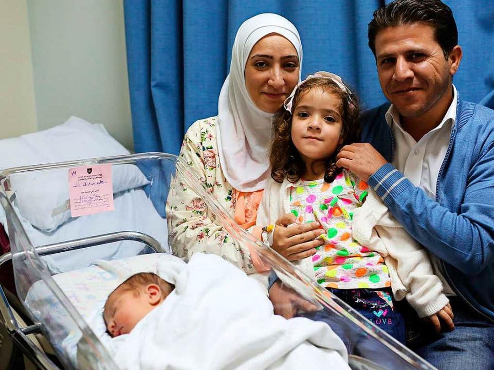 Endlich Nachwuchs: Muslimische Familie mit ihrem Neugeborenen  | Foto: Sascha Montag/Zeitenspiegel