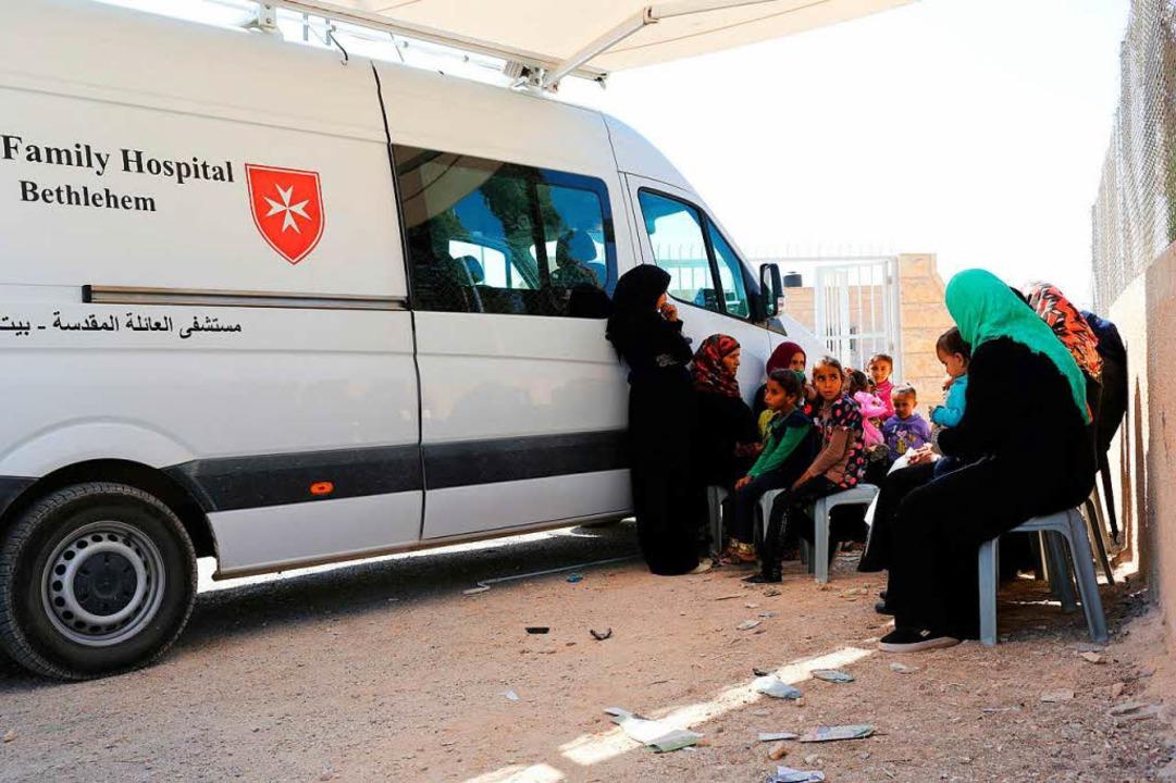Warten auf den Doktor: Das Arztmobil der Klinik  im Beduinendorf Rashaideh.  | Foto: Sascha Montag/Zeitenspiegel