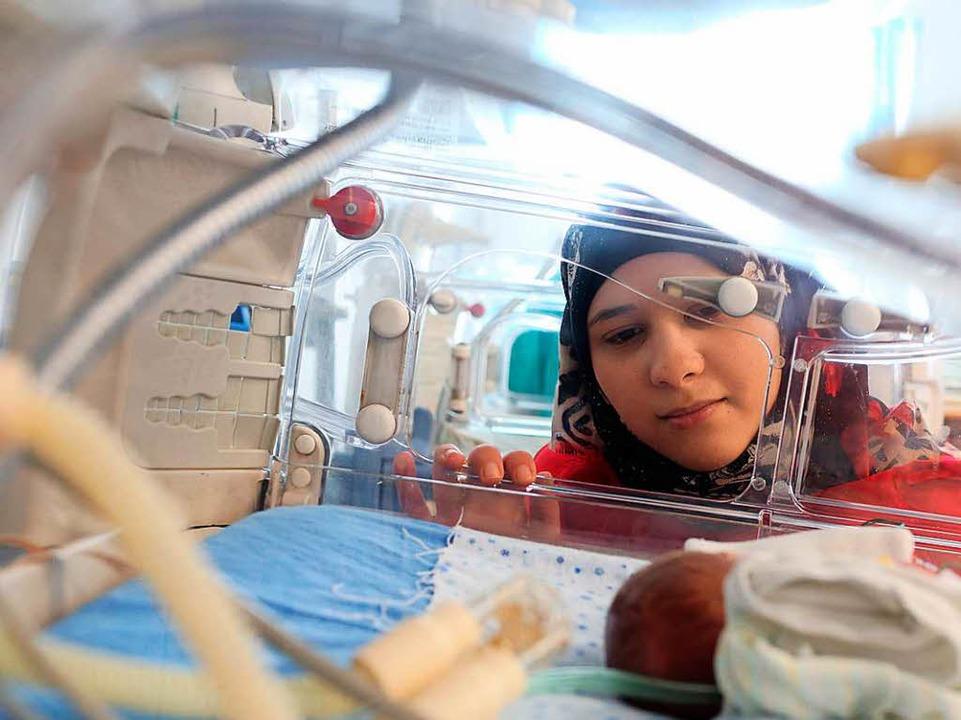 Die 19 Jahre alte Beduinin Sajedh Masalmeh schaut nach ihrem Baby.  | Foto: Sascha Montag/Zeitenspiegel