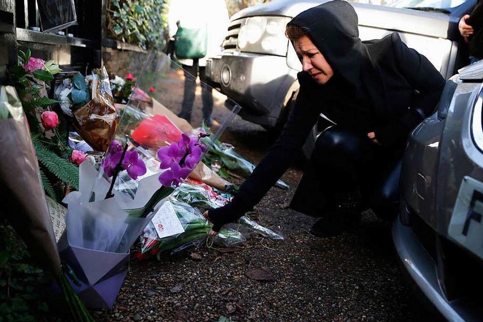 Fans pilgern zu dem Haus von Sänger George Michael in London. Sie legen Blumen, Briefe und Kerzen nieder. (Foto: AFP)