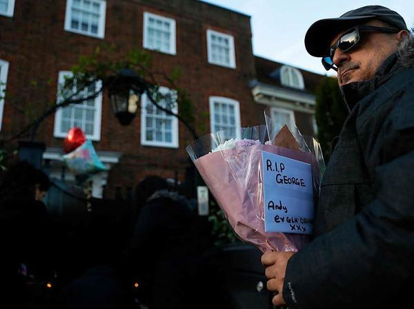 Fans pilgern zu dem Haus von Sänger George Michael in London. Sie legen Blumen, Briefe und Kerzen nieder.