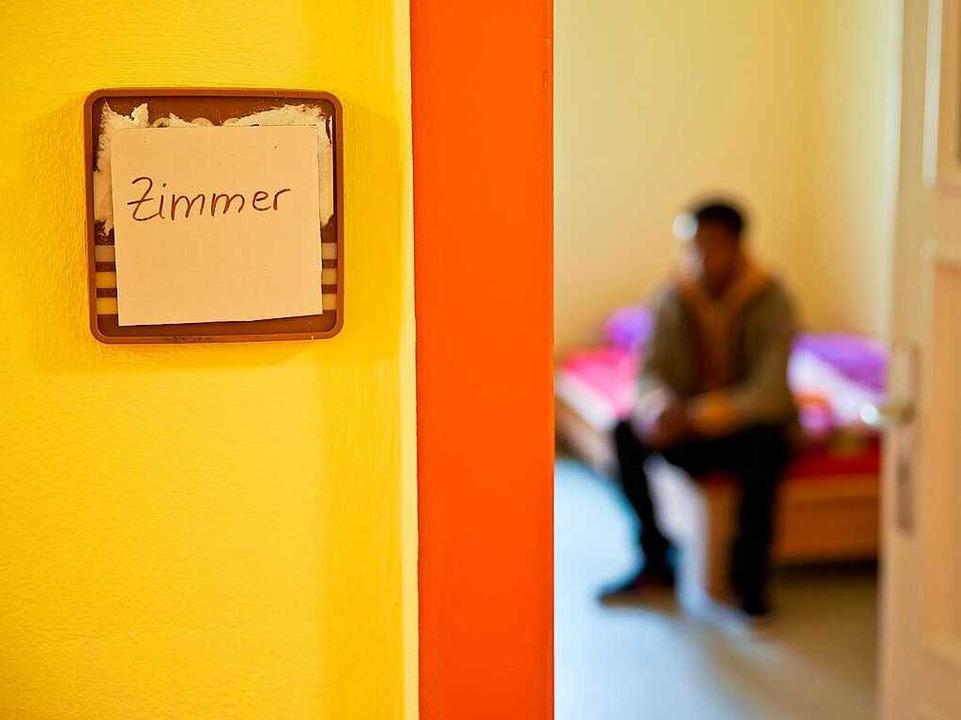 Viele  jugendliche Flüchtlinge werden auch in Heimen untergebracht.  | Foto: Daniel Karmann/dpa