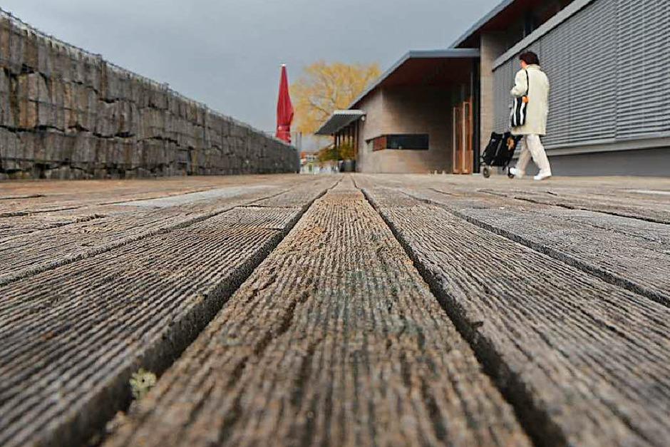 Ärgerlich: Die Dielen rund um das Kultur- und Bürgerhaus in Denzlingen müssen saniert werden. (Foto: Kathrin Blum)