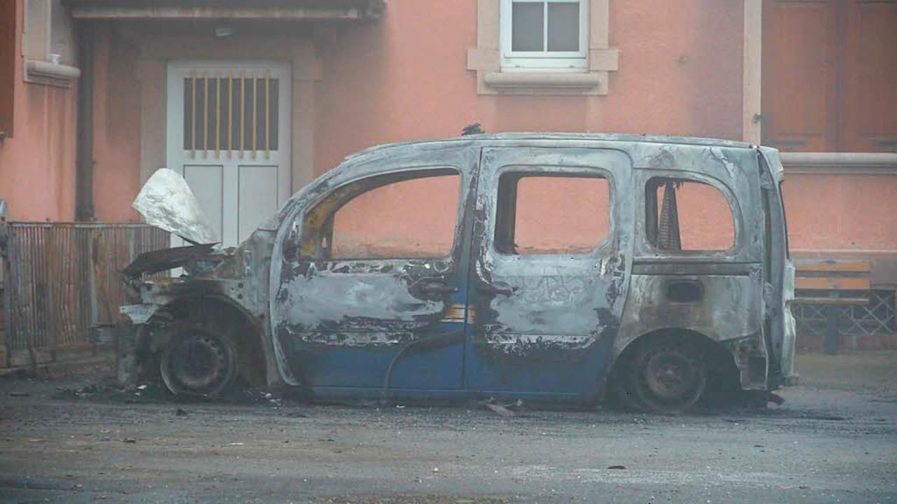 Das Polizeifahrzeg der Gendarmerie brannte völlig aus.  | Foto: Patrick Kerber