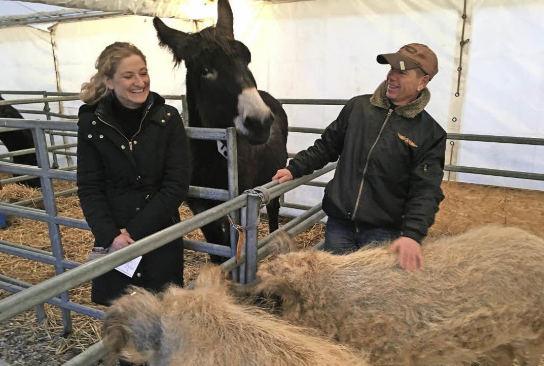 Maike und Jörg Probst mit ihren Bauernhoftieren   | Foto: Weizenecker