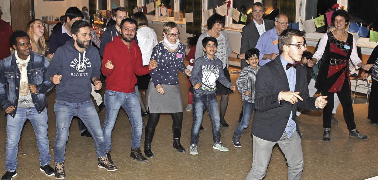 Tanzlehrer Johannes Rudolf (vorne) mac...Silvesterfeier tanzen begeistert mit.   | Foto: Cornelia Liebwein