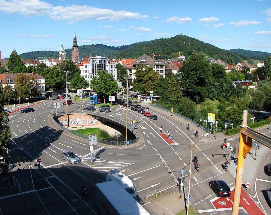 Die alte Kronenbrücke, liebevoll auch Elefantenklo genannt, ist abgerissen.  | Foto: Stadt Freiburg