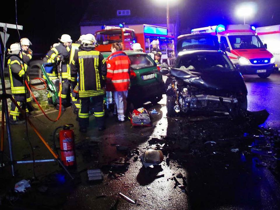 Drei Menschen wurden bei einem Frontal...F-Straße bei Rheinau schwer verletzt.   | Foto: Feuerwehr Rheinau