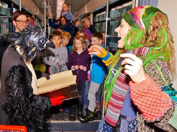 Straßenbahnfahrt mit der kleinen Hexe (Stefanie Mrachacz) und dem Raben Abraxas (Marie Bonnet) durch Freiburg