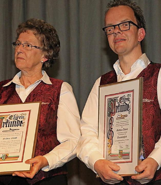 Silvia Stoll wurde für 50,  Matthias Döbele für 25 Musikerjahre geehrt.  | Foto: Kaiser