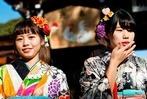 Fotos: Japanerinnen feiern Volljährigkeit in bunten Kimonos