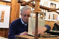 Lothar Heitz beherrscht die Kunst, alte Bücher zu restaurieren