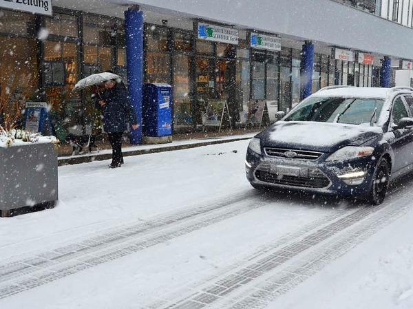 Ganz in Weiß zeigten sich Rheinfelden und der Dinkelberg am Dienstag. Dauerschneefall deckte alles zu.
