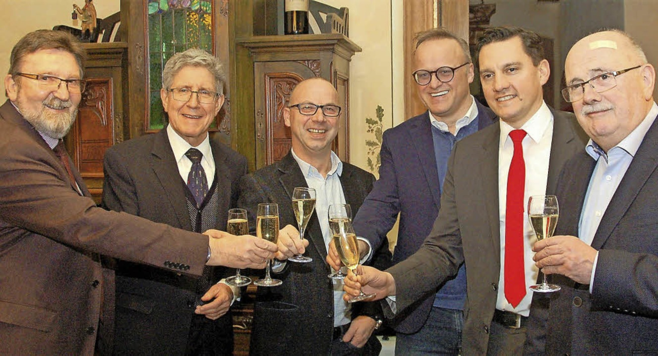 Die Sozialdemokraten  stoßen auf das W...dB Johannes Fechner und Walter Caroli   | Foto: Wolfgang Beck