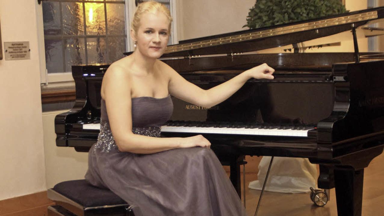 Im langen Tüllkleid: Aleksandra Mikulska am Förster-Flügel im Bürgersaal     Foto: Erika Sieberts