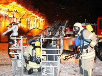 Brand auf Aussiedlerhof tötet rund 50 Kälber – Feuerwehr kämpfte mit vereisten Schläuchen
