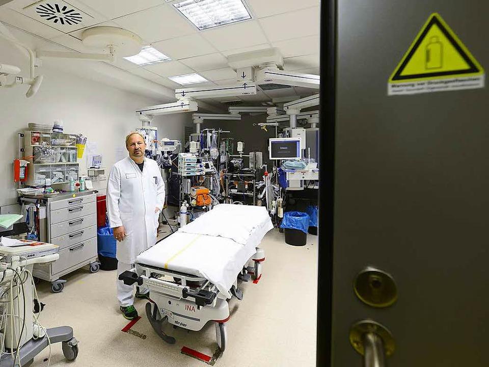 Der Ärztliche Leiter Hans-Jörg Busch in einem der  Schockräume    Foto: Ingo Schneider