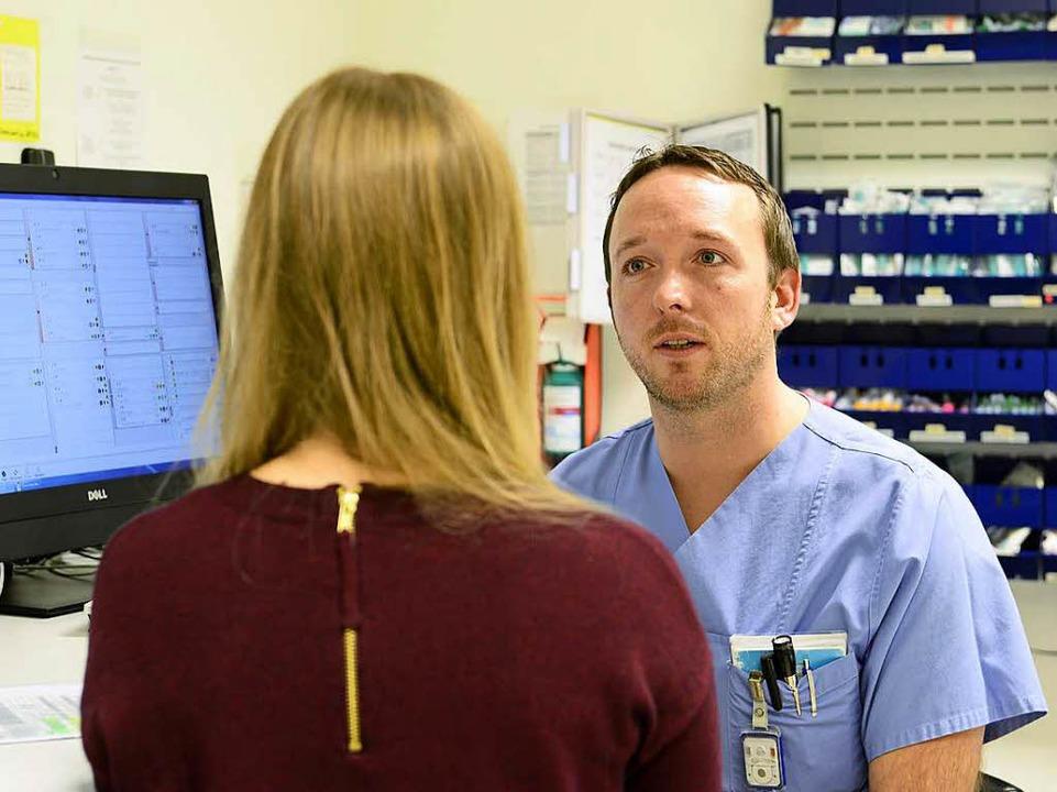 Krankenpfleger Maximilian Meisel trifft eine erste Einschätzung.    Foto: Ingo Schneider