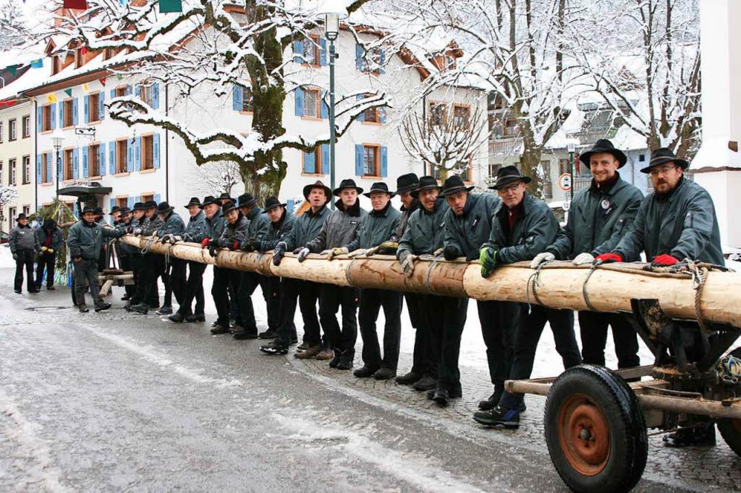 Die Baumsteller der Narrenzunft Schöna...im Füürige-Marcher-Brunnen aufstellen.  | Foto: Narrenzunft Schönau
