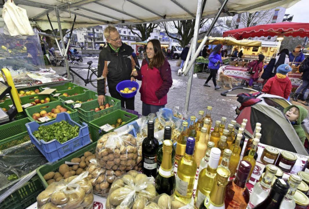 Alles aus der Region und  Selbstgemach...lnau berät eine Kundin beim Apfelkauf.  | Foto: Thomas Kunz
