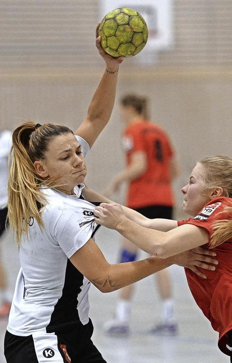Durchkämpfen zum Klassenerhalt: Petya Milinova (TVB, links)    Foto: Seeger