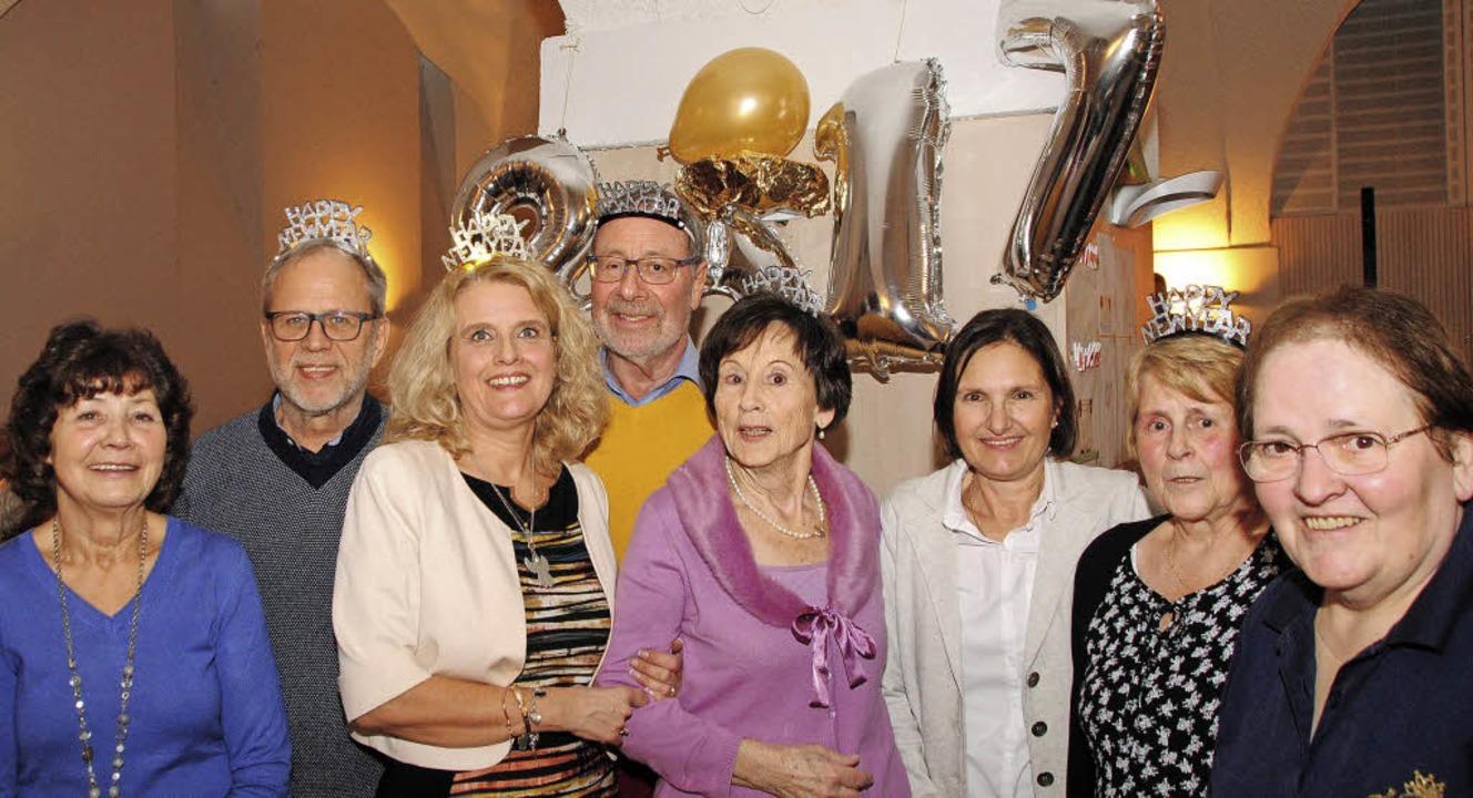 Carolin Lefferts (Dritte von links) un..., dass es den Gästen an nichts fehlt.   | Foto: Sedlak