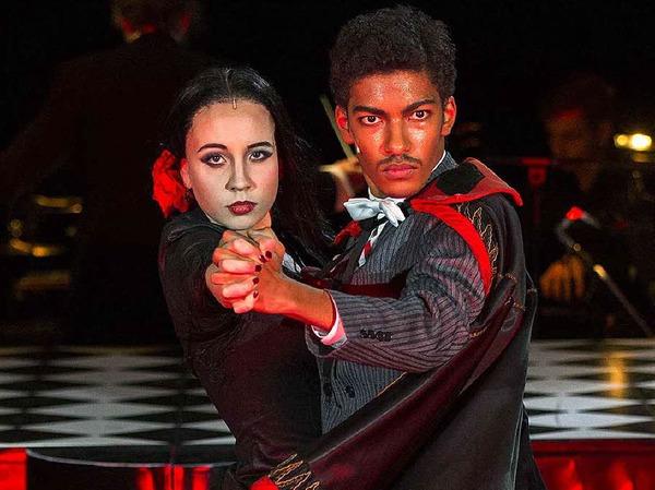 Zwei der Hauptdarsteller: Julia-Marlen Häfner und Yalany Marschner Die beiden spielen das Addams-Ehepaar Morticia und Gomez.