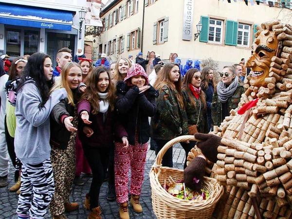 Buntes Treiben in der Lahrer Innenstadt: Beim Umzug der Laubenhexen waren mehr als 100 Zünfte und zahlreiche Zuschauer dabei.