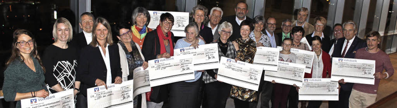 Vertreter verschiedener Organisationen... Spendenschecks der Firma AHP Merkle.   | Foto: Mario Schöneberg
