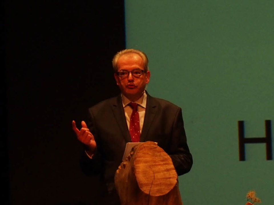 Hüningens Bürgermeister Jean-Marc Deichtmann bei seiner Rede    Foto: Magdalena Kaufmann