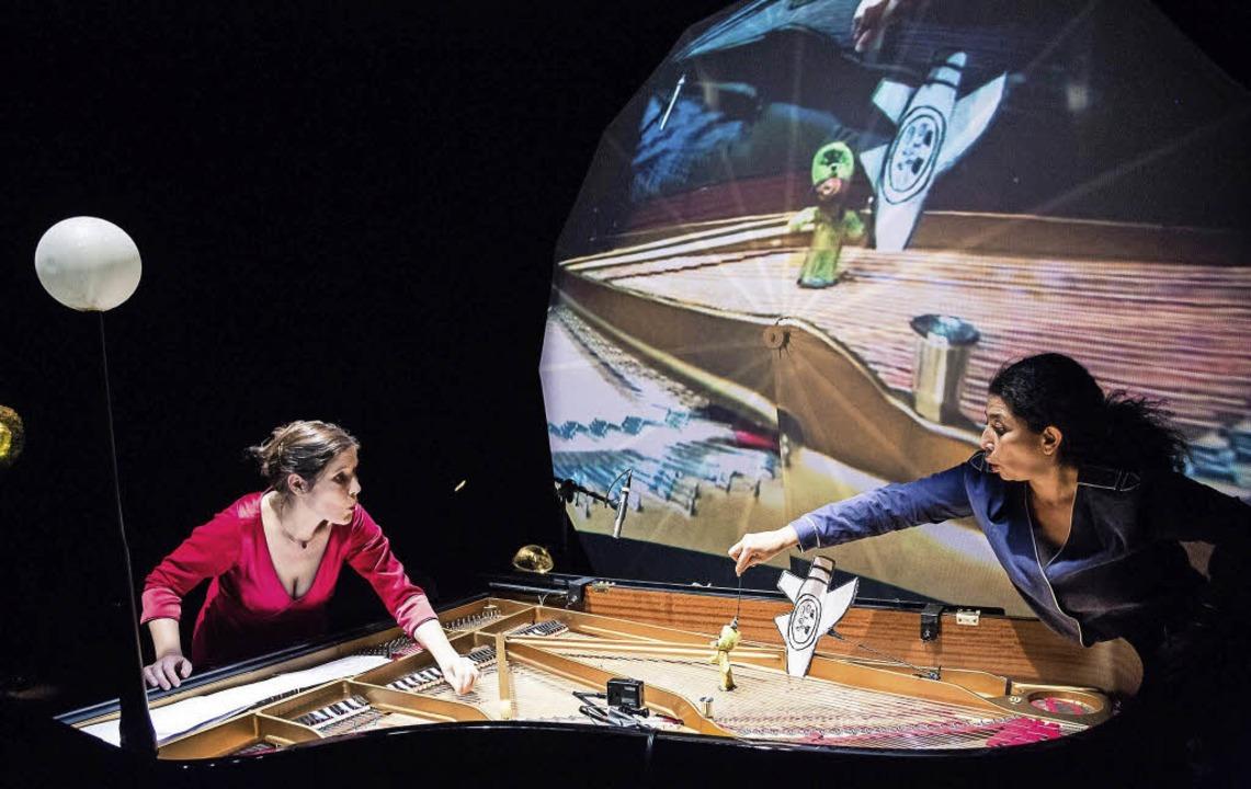 Konzert und Puppenspiel in einem: Anne...s) und Frida mit dem geöffneten Flügel    Foto: Burghof