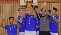 Fußballazubis gewinnen Pokal