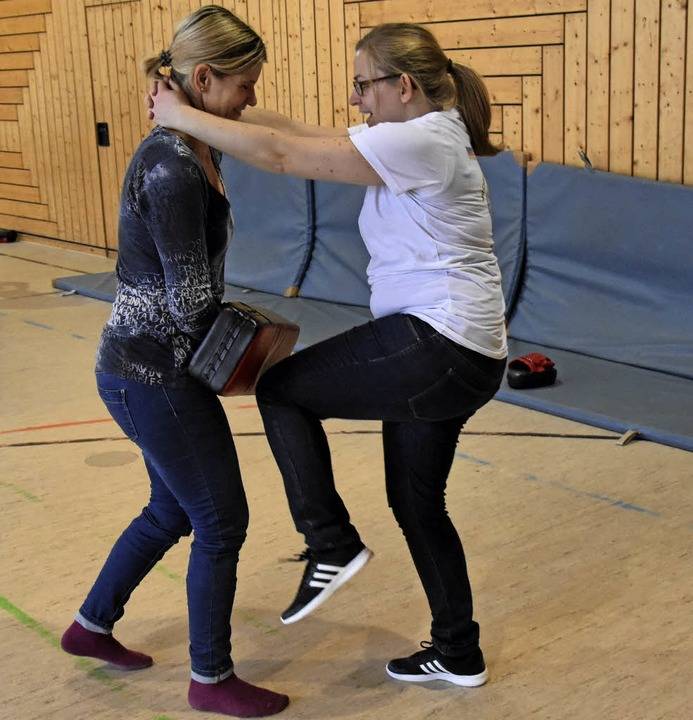 Christine Bernardi (links) und Susanne Elsner üben,  sich zu verteidigen.   | Foto: Lisa Blitz