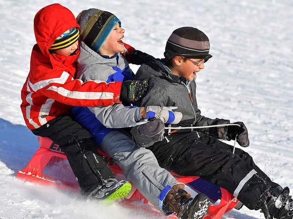 Die Schüler in Aktion: Mit Ski und Schlitten.
