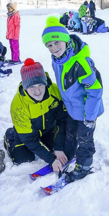 Hilfe beim Anschnallen der Skier.  | Foto: Dieter Maurer