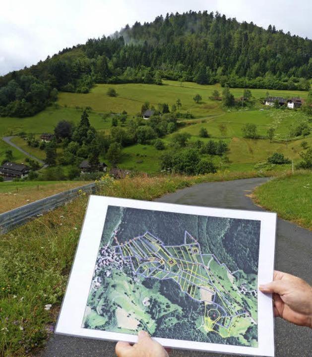 Blick zum  markanten Spitzkopf. Links geht es hinab ins Dorf Neuenweg.  | Foto: Sattelberger