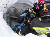 Nach Schneelawine: Feuerwehr rettet Überlebende aus Hotel