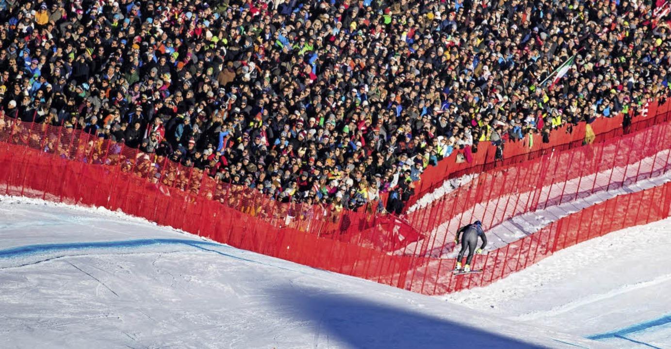 Springender Mensch, gebannt verfolgt v...rt auf der Streif in Kitzbühel gewann   | Foto: AFP