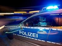Fahrer flüchtet und versucht Streifenwagen wegzudrängen