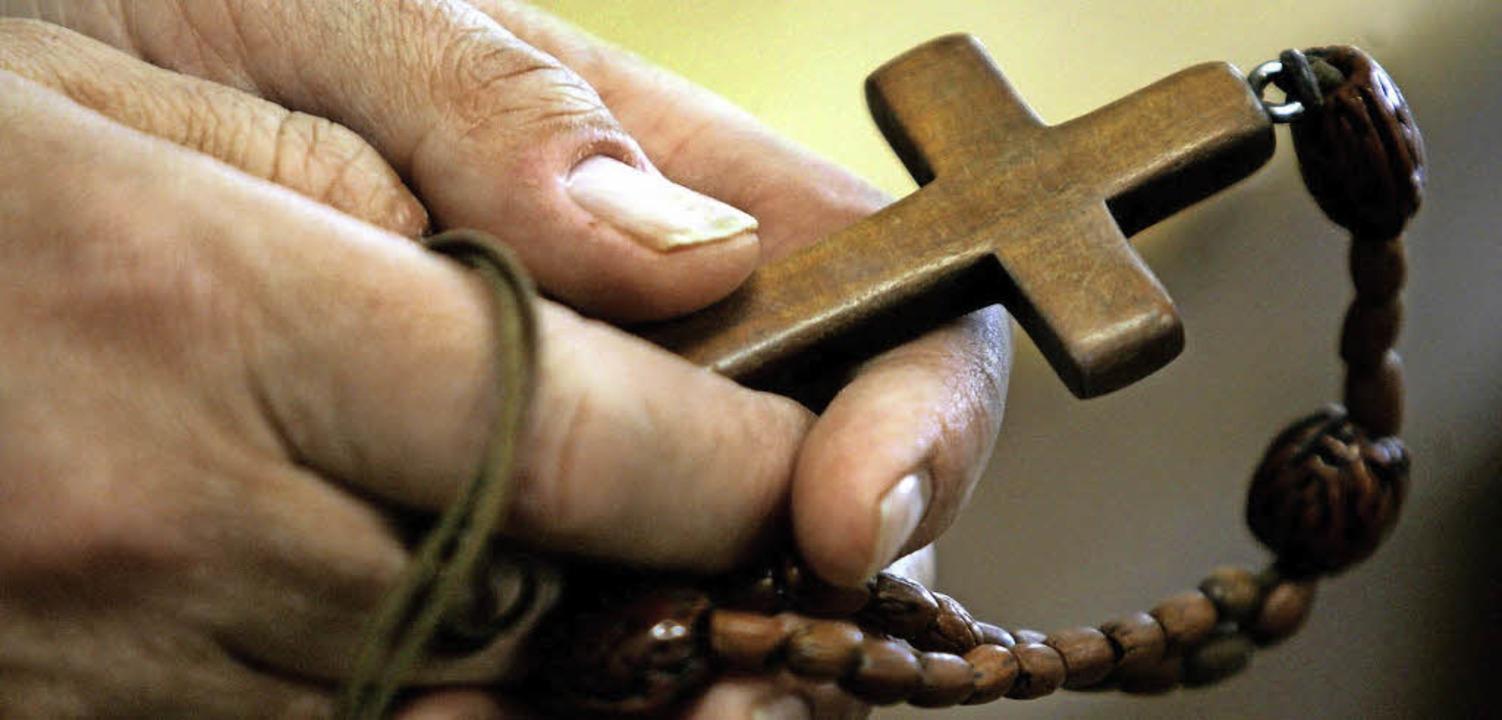 Im Zeichen des Kreuzes wird nicht nur Gutes getan.  | Foto: dpa