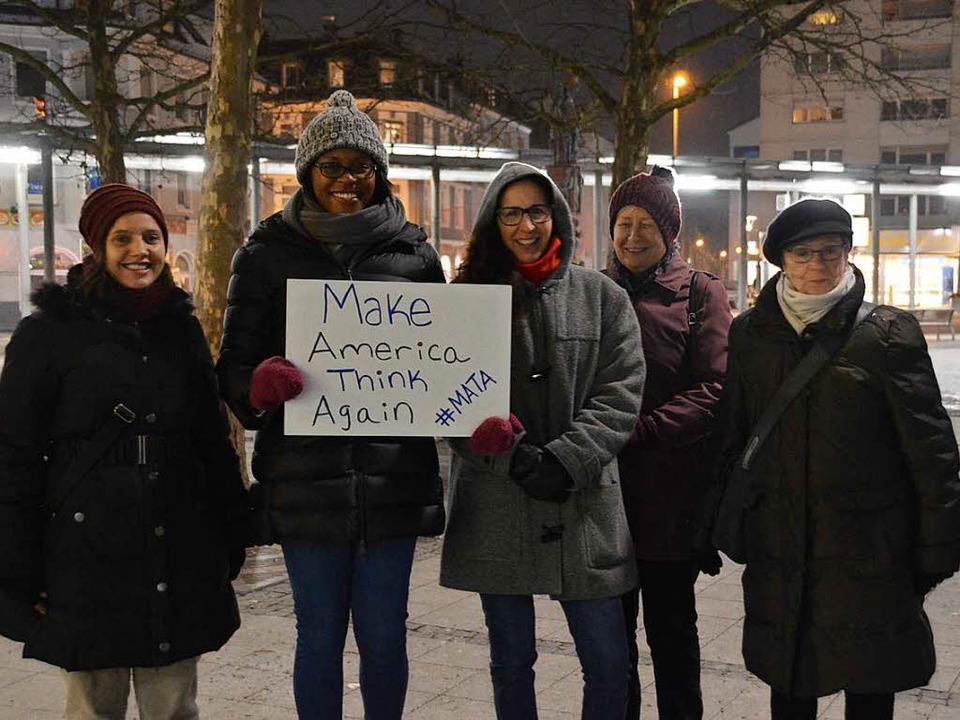 US-Bürgerin Freda Katunda (Zweite von ... Kundgebung auf dem Oberrheinplatz an.    Foto: Horatio Gollin