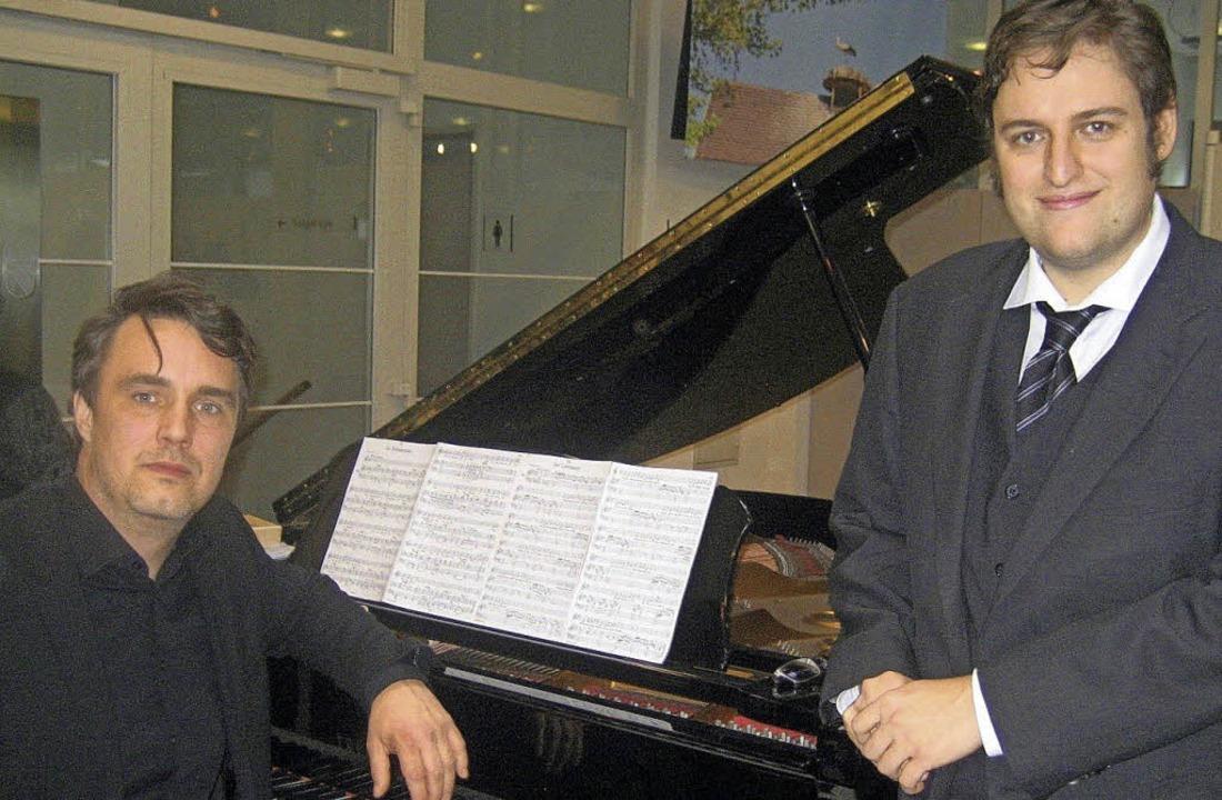 Maximilian Lika (rechts) und Sebastian...n die Winterreise von Franz Schubert.   | Foto: Andrea Steinhart