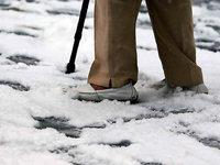Wie man bei Glatteis sicher zu Fuß unterwegs ist