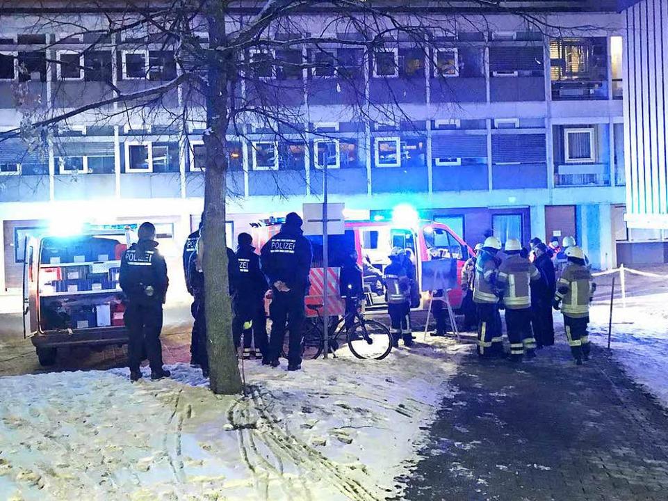 Einsatzkräfte vor der Klinik  | Foto: Daniel Laufer