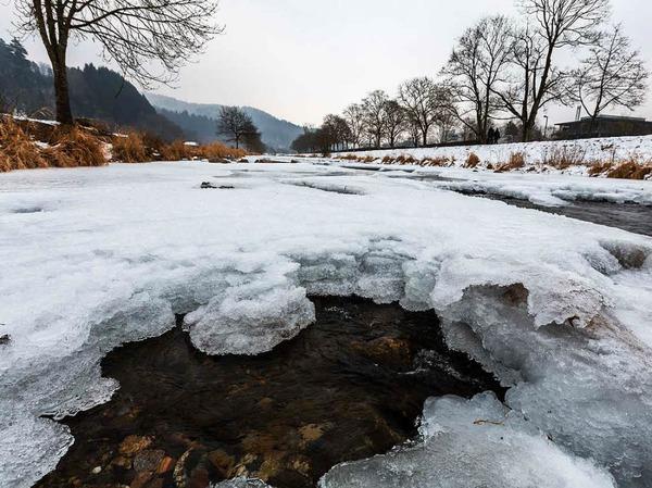 In Freiburg sind Teile der Dreisam zugefroren.